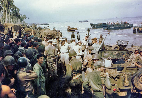 MACARTHUR INSPECTS PROGRESS OF THE LANDING AT LEYTE 1944